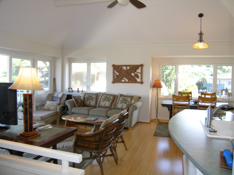 Nellies rentals there 39 s no place like maui for Living room upstairs